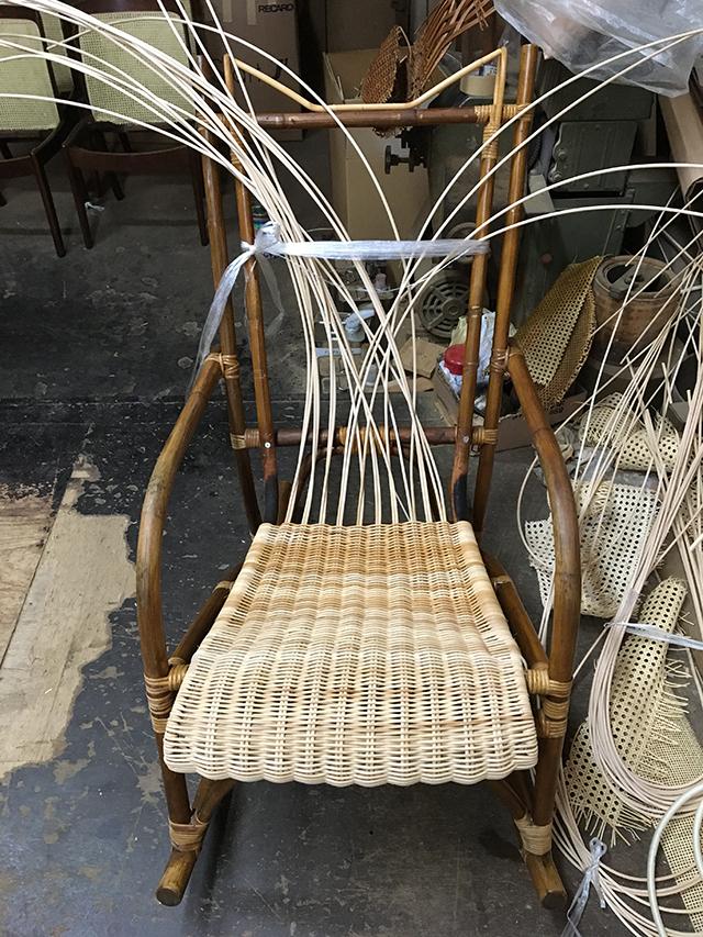 それぞれの椅子に合った方法で、丁寧に新しい籐を編み込んでいきます。